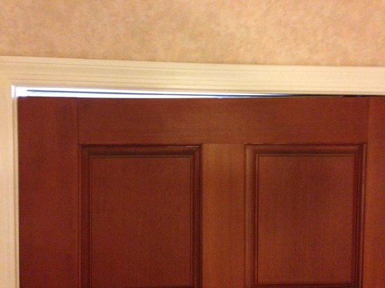 Arizona Golf Resort: Hole above rotted entry door of our room. Room 714