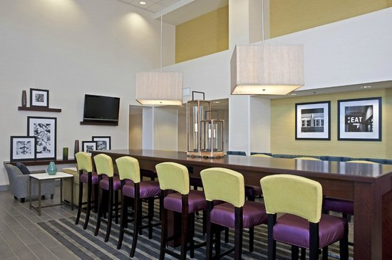 Hampton Inn & Suites Bloomington-Normal: Breakfast Seating