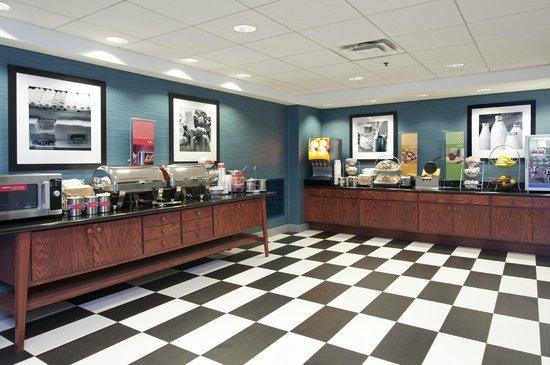 Hampton Inn & Suites Bloomington-Normal: Breakfast Serving Area