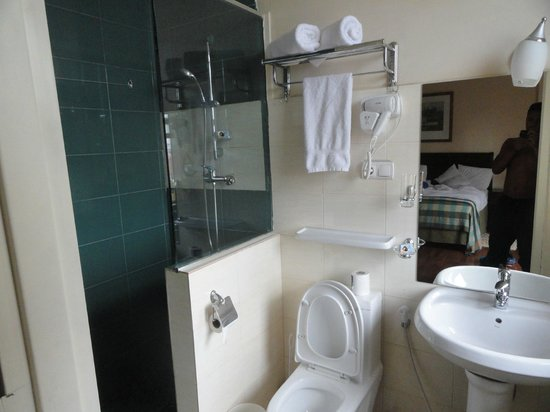 Addis Regency Hotel: Water can spill out quite easily