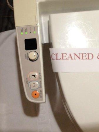 Okura Garden Hotel Shanghai : Japanese style bidet - warm seat, automated spraying