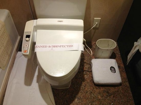 Okura Garden Hotel Shanghai: Japanese style bidet - warm seat, automated spraying