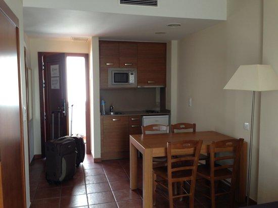 Hotel Puerto Mar: Salón cocina