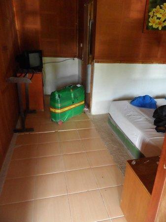 Bamboo Mountain View Phi Phi Resort : SIN ARMARIOS Y SIN CORRIENTE EN LA TELE