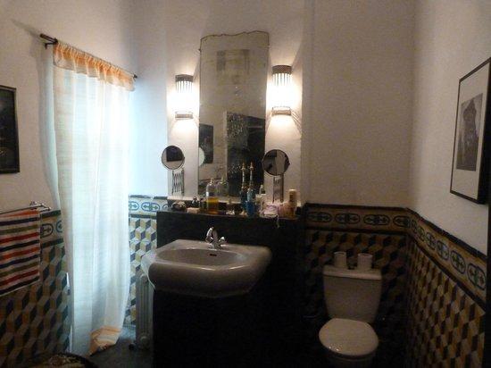 Riad Tibibt: Août 2013. Chambre Izghi. La salle de bains.