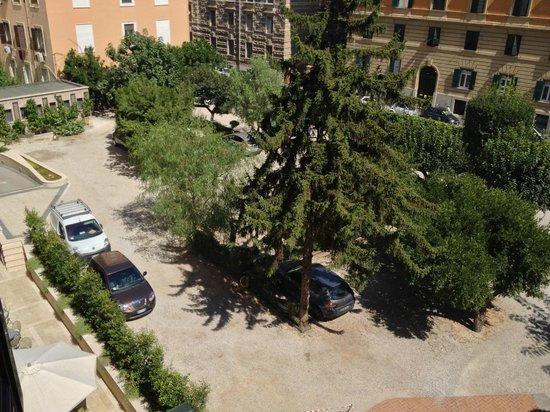 Domus Carmelitana : Il giardino interno con parcheggio