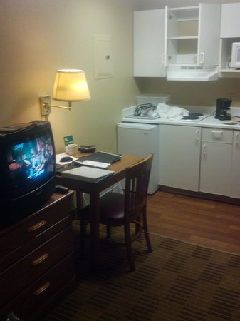 Crossland Economy Studios - Kansas City - Independence: CRT TV in 2013... so poor...