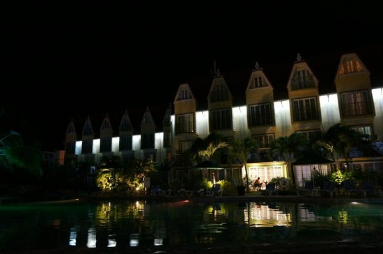 Coco Palm Resort: View of pool and rooms (main building)