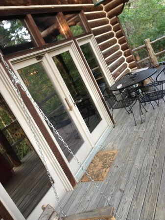 Cherokee Mountain Log Cabin Resort: Front deck and gas grill for our use