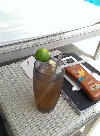 ศิวาเทล กรุงเทพ: Drink at pool side