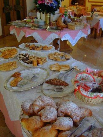 Hotel Pontechiesa: 朝食はクッキーの種類が豊富