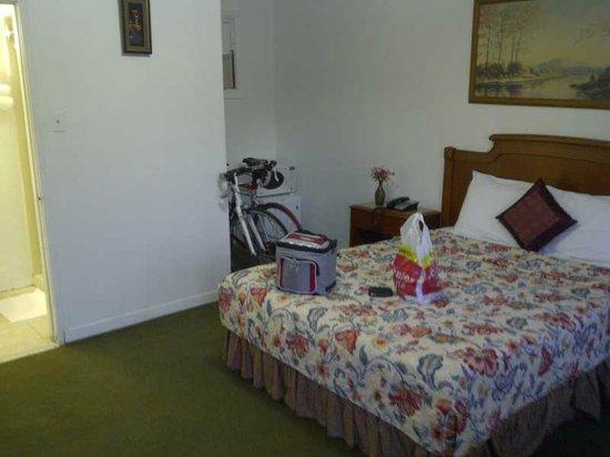 Relax Inn Collingwood: Queen room
