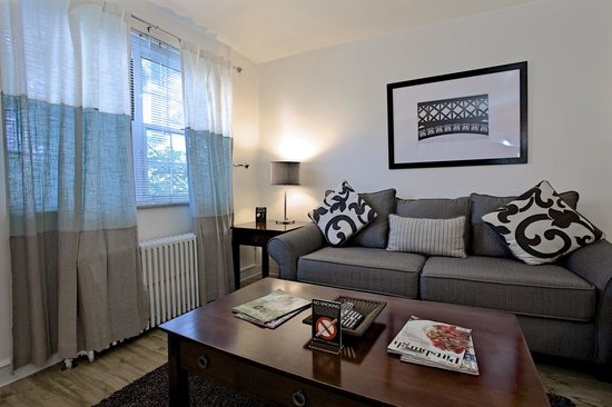 Shadyside Inn All Suites Hotel: One Bedroom Living Room at 5426 Fifth Ave