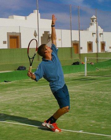 Corralejo Tennis Academy: Coach Peter demonstrating servis