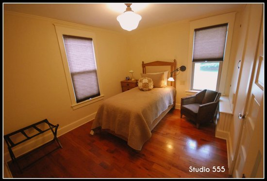 Small Batch Lodging: Studio 555 - Classic Bedroom