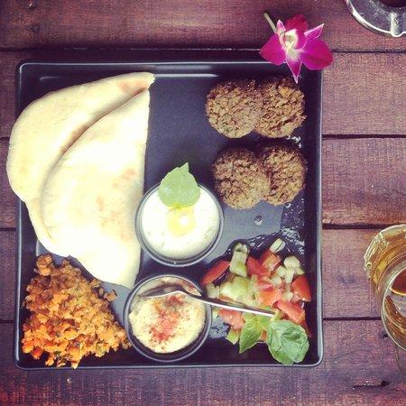 COSMOPOLITAN, Eat & Drink, World Stile : Homemade Falafel and hummus!! Yummi!!