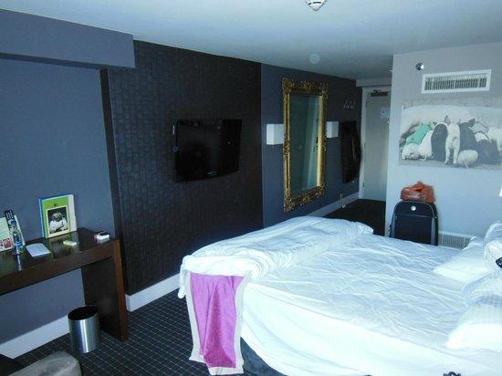 DoubleTree by Hilton Bristol South - Cadbury House: Room 419 dark decor