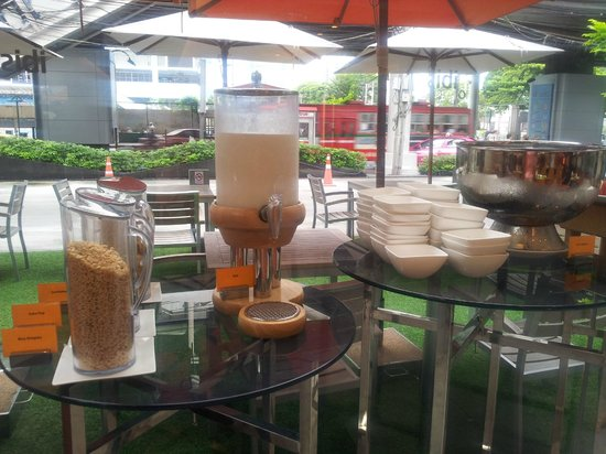 ibis Bangkok Siam Hotel: Breakfast cereal with fresh milk