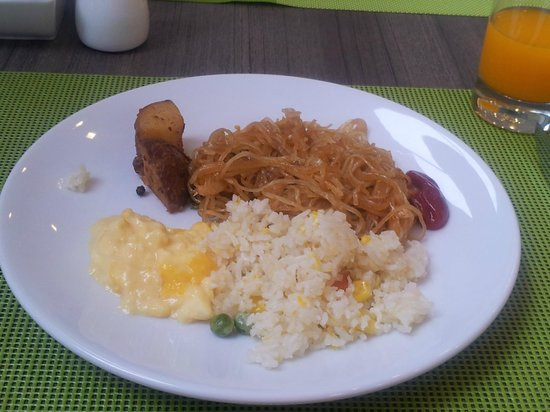 ibis Bangkok Siam Hotel: Day One breakfast - fried noodle with scrambled eggs