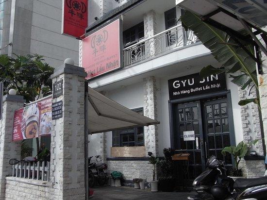 Saigon Zoom Hotel: この「牛陣」の横の道を入る