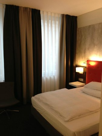 Select Hotel Berlin Checkpoint Charlie: Big beautiful bed!