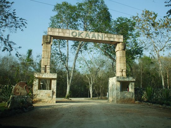 Hotel Oka'an: Entrance from main road.