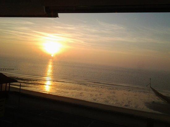 Shoreside Inn: sun rise shoreside