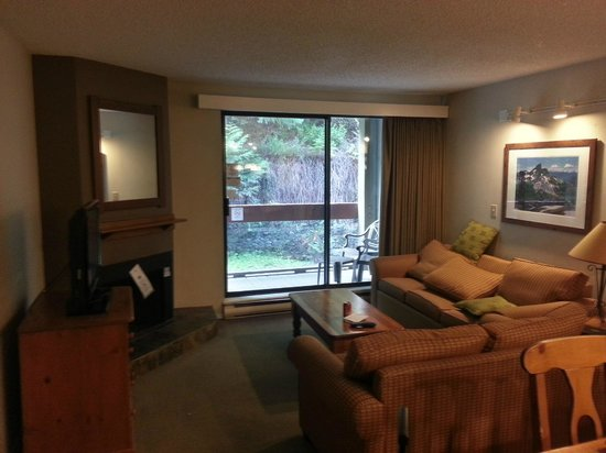 Tantalus Lodge: Living Room. Balcony, Pullout Sofa, 40-inch LCD
