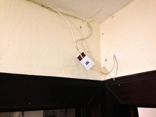 Croc River Lodge: TV wiring above bedroom door