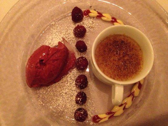 Restaurant Le Compagnon: Creme Brullé med friske hasselnødder og hindbær sorbet