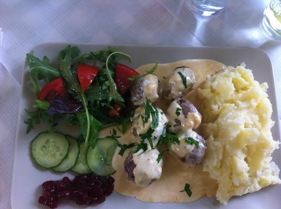 Svea Cafe and Restaurant: Delicious meatballs in gravy, with mash and lingonberry jam