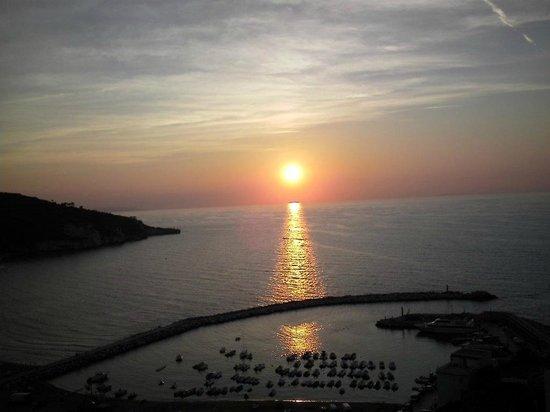 Village Ialillo: tramonto con vista sul porto di Peschici