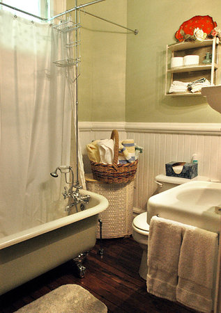 Twin Maples Farmhouse: Old fashioned claw foot tub