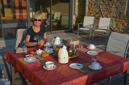 La Maison du Moulin a Vent : Le petit déjeûner en terrasse