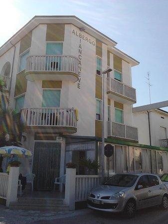 Hotel Biancaneve: L'hotel visto dalla strada