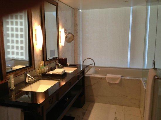 Shangri-La Hotel, Vancouver: Ensuite bath