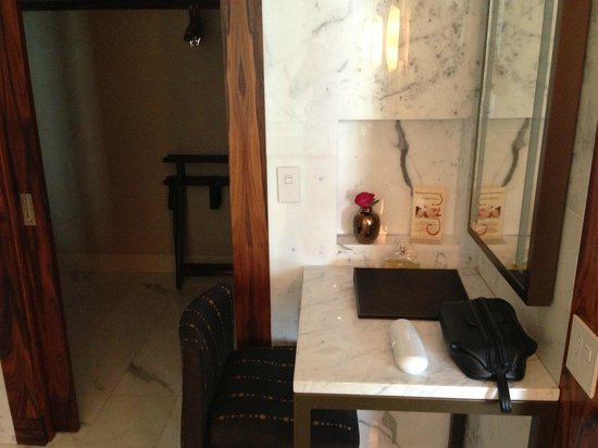 Shangri-La Hotel, Vancouver: Make up table with lighted mirror
