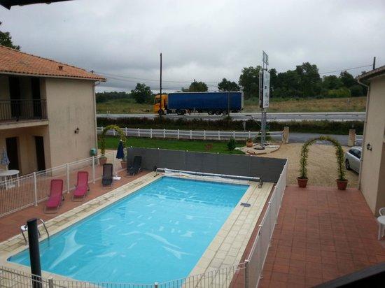 Hotel Les Pins: Vue imprenable sur la piscine... et la nationale et son cortège de camions