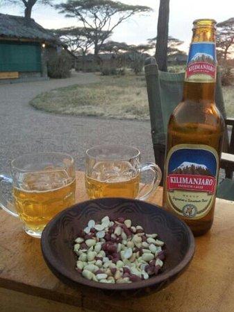 Ndutu Safari Lodge : aperitivo attorno al fuoco al tramonto