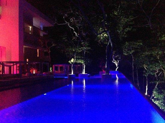 Encanto Acapulco: Piscine de nuit