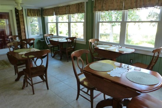 Plantation Oaks Inn: The cozy dining room.