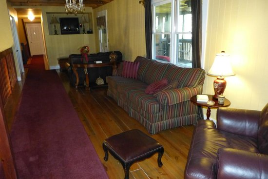 Plantation Oaks Inn: An upper gallery for chilling..or you can scoot out onto the screened upper deck.