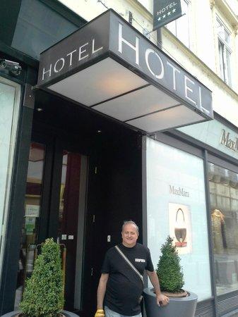 Friday Hotel Prague: a entrada na lateral,entremeio as lojas..