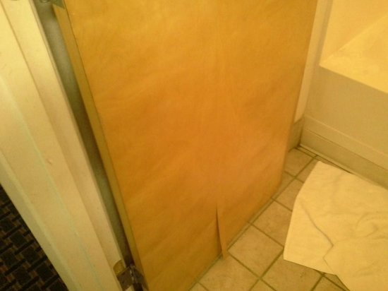 Rodeway Inn & Suites: Bottom Door wood coming undone plus soap scum on bathtub