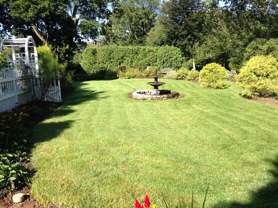 Whistling Swan Inn: Beautiful Landscaping