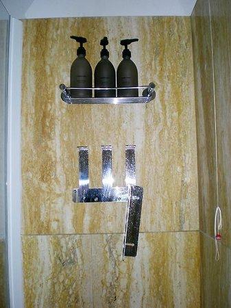Romantik Hotel delle Rose: Particolare della vasca/doccia