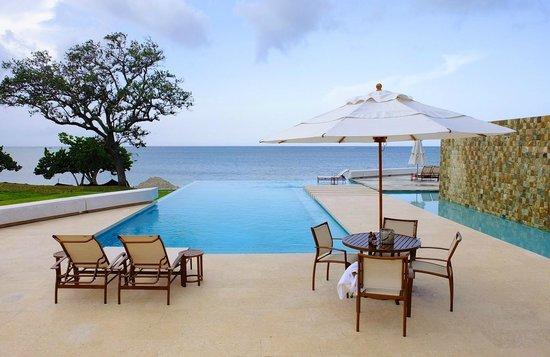 Las Verandas Hotel & Villas: Infinite pool by the bar.