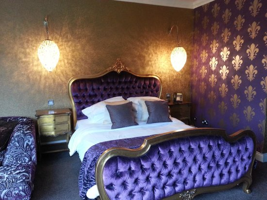 The Popinjay Hotel and Spa: GARDEN SUITE BED