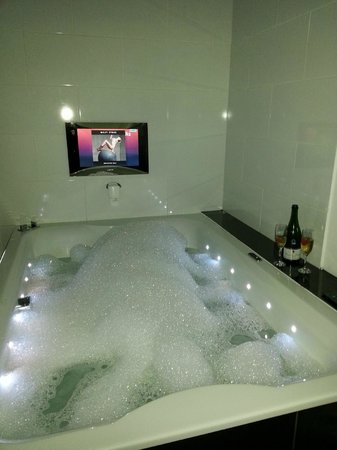 The Popinjay Hotel and Spa: GARDEN SUITE JACUZZI