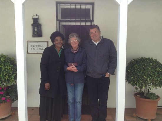 Belvedere Cottages & B&B: Roy & Zozo on the morning of departure seeing off a happy guest!
